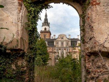 opuszczone piękno - Zamek w Roztoce – barokowa rezydencja w Roztoce. Zakończenie kamienny budynek z trawą i drzewami