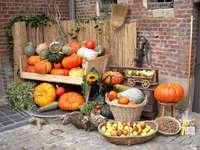 ainda vida - frutas, legumes, suprimentos de inverno. Um monte de frutas, sentado em uma mesa.