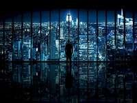 πόλη τη νύχτα από το παράθυρο