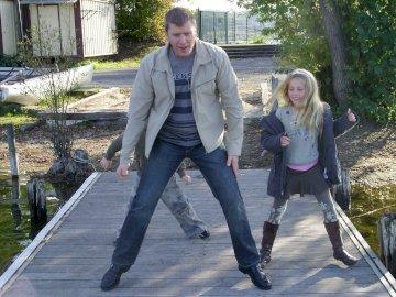 Laurent Nathan y Lorna - Camina hacia Torcy en el puente. Un hombre de pie junto a una valla.