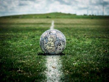 El balón de fútbol azteca por el caos - Balón de fútbol blanco y negro en campo de hierba verde durante el día. Estados Unidos. A cerca d