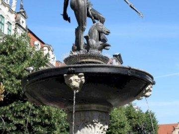 Fontaine de Neptune - La fontaine de Neptune est située à Gdańsk sur le long marché en face de la cour Artus. Un group