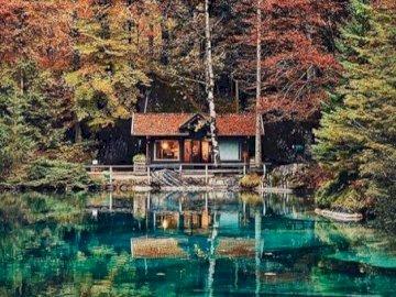 Małe piękne jeziorko, Szwajcaria - Jezioro Blausee w Szwajcarii, puzzle krajobrazy. Zbiornik wodny otoczony drzewami.