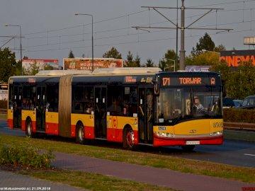 autobus warszawa - autobusik warszawka cinema city  torwar siemana. Autobus jadący ulicą.