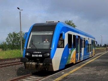 pociąg koleje pom - pociąg koleje pomorskie. Niebieski pociąg na stalowym torze.
