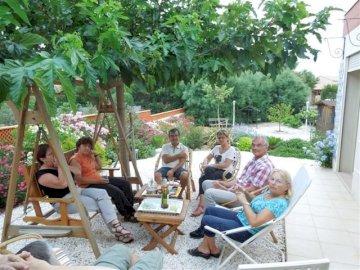 Confi.pot.agés - Zdjęcie weekendu z przyjaciółmi. Grupa ludzi siedzących wokół stołu.