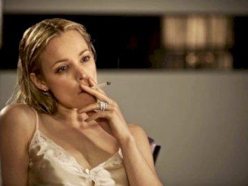 Femme, fumer - capture d'écran d'un film - une femme aux cheveux mouillés fumant.