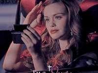 Lydia Martin - Lydia Martin è uno dei personaggi principali della serie Teen Wolf. Holland Roden con in mano un om