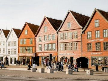 Bergen, Norvège - Bergen, Norvège, photo. Un gros plan d'une rue devant une maison avec Bryggen en arrière-p