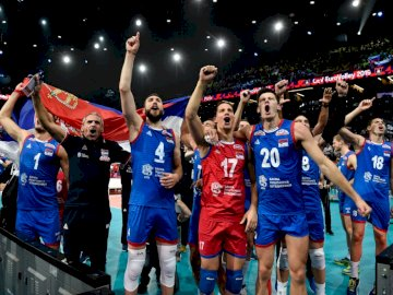 Serbiens Volleyballmannschaft - Serbiens Volleyballmannschaft. Eine Gruppe von Fußballspielern, die für ein Bild posieren.