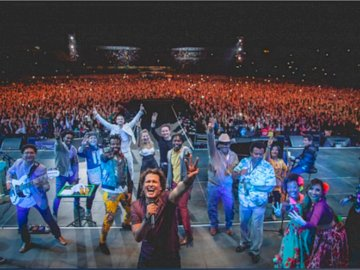 hommage carlos vives en concert bogota - hommage carlos vives en concert bogota. Un groupe de personnes debout devant une foule.