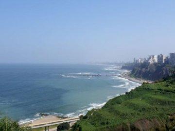 Costa verde di Miraflores - Costa Verde, Miraflores Lima, Perù. Una vista di un grande specchio d'acqua.