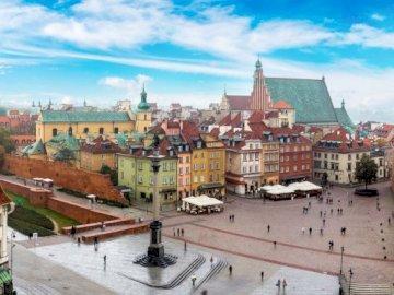 Panorama von Warschau - Puzzle im Zusammenhang mit den bevorstehenden Nationalfeiertagen. Ein Blick auf ein großes Gebäude