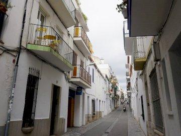 finire. - Sitges Spagna Strada stretta della città.