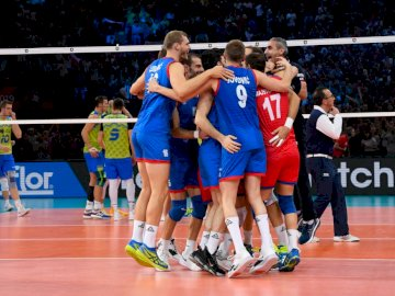 L'équipe de Serbie de volleyball - L'équipe de Serbie de volleyball. Un groupe de personnes jouant au football sur un terrain.