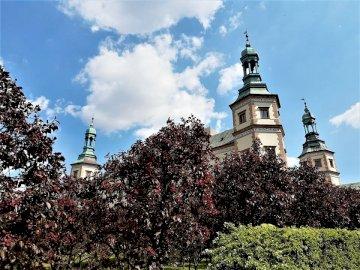 biskops palats - byggnad, utsikt, monument. En stor staty framför en byggnad.