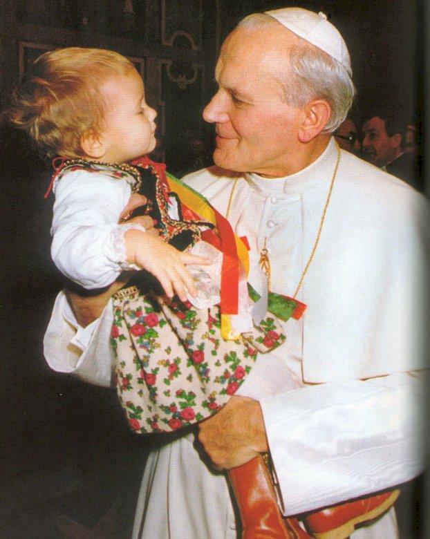 Sf. Ioan Paul al II-lea iubește tinerii și copiii - Sf. Ioan Paul al II-lea iubește tinerii și copiii. O persoană care ține un copil (4×3)