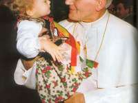 St. João Paulo II amava jovens e crianças - St. João Paulo II amava jovens e crianças. Uma pessoa segurando um bebê.