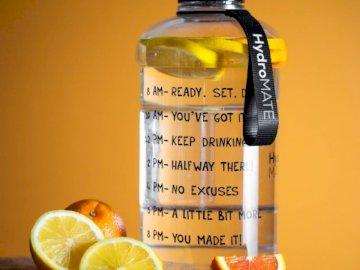 Sigue bebiendo - Botella de agua y frutas.