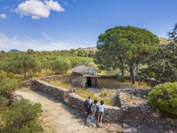 Grób królewski - Grobowiec megalityczny z czasów rzymskich. Grupa ludzi idących polną drogą.