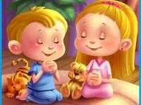 Rugăciunea copiilor. - Copiii se roagă lui Dumnezeu Tatăl. O păpușă de jucărie.