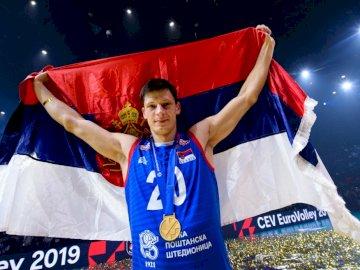 Srećko Lisinac - Srećko Lisinac - Reprezentant Serbii w siatkówce. Srećko Lisinac pozuje do kamery.