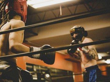 Gotowy cios - Dwóch mężczyzn w rękawiczkach szkoleniowych na ringu Windsor, ON, Kanada.