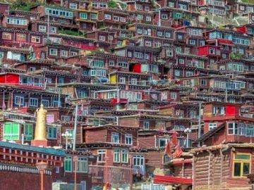 Le Tibet en tant que photojournaliste - Ville tibétaine à travers un œil. Un grand immeuble dans une ville.