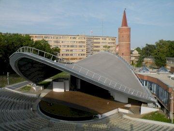Vues d'Opole - L'image représente l'amphithéâtre d'Opole et la tour Piast en arrière-pl