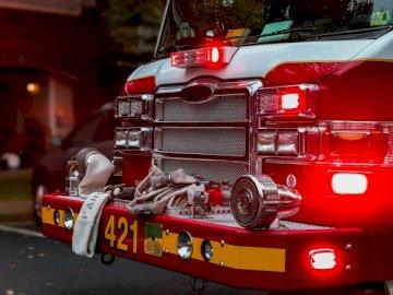 Un camion de pompiers transportant en premier - Voiture rouge et noire avec objectif à décalage d'inclinaison. Fairfax Virginia. Un camion
