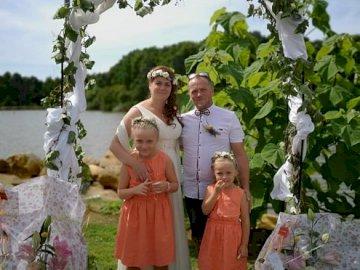 Tie family - Ślub moich rodziców. Grupa ludzi pozujących do kamery.
