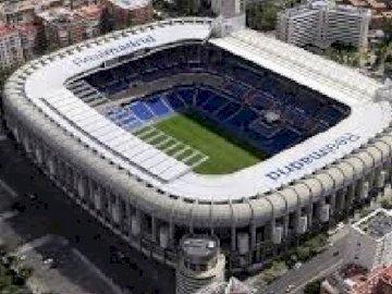 ESTADIO SANTIAGO BERNABEU - STADION REALU MADRYT. Duży stadion ze stadionem Santiago Bernabéu w tle.