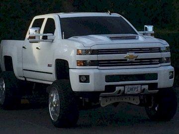 auto - macchinina bianca ..... Un'auto parcheggiata davanti a un camion.