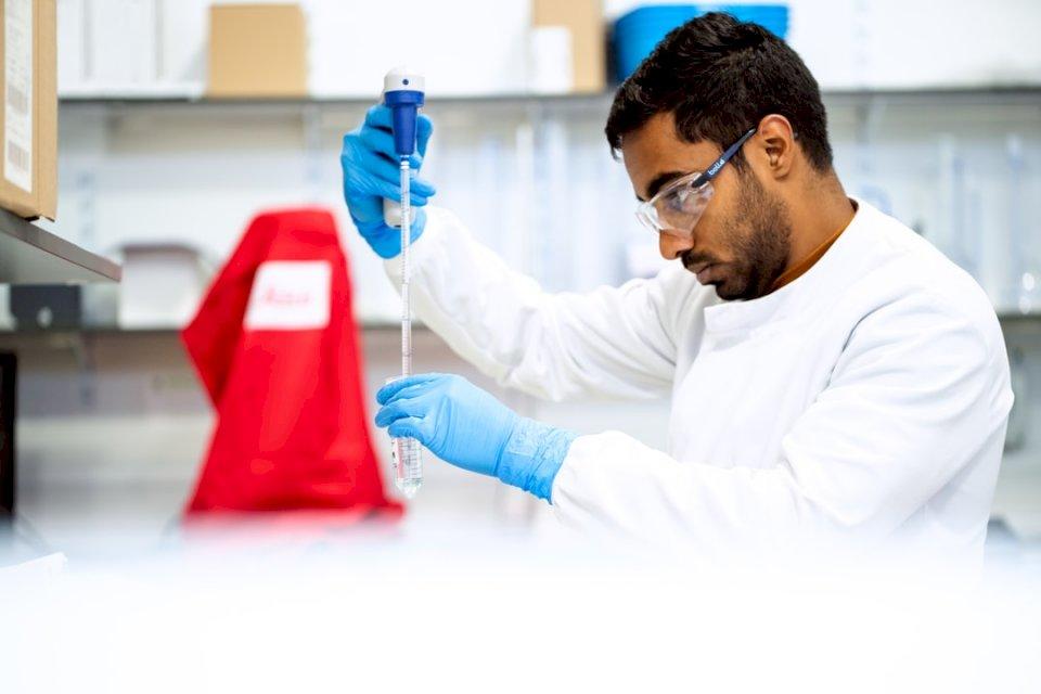 Mannelijke biomedisch ingenieur - Man in wit overhemd met blauwe pen. Een man in een blauw shirt (10×10)