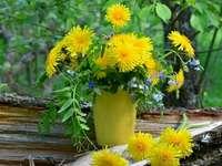 Flores em um vaso - Um ramo de flores em um vaso. Um vaso de flores, sentado em uma flor amarela.