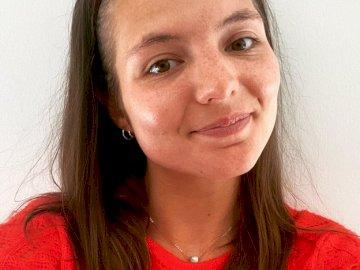 Margaux Logopède - Puzzle boulot Margaux portrait. Une femme souriante pour la caméra.