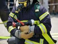 pompier - Créé le 4 mai, Journée des pompiers. Un groupe de personnes en uniforme.