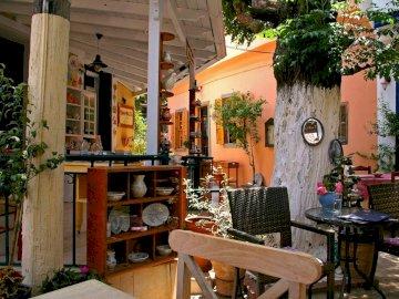 Řecko - Samos - bufet - --------------------. Židle sedí v přední části budovy.