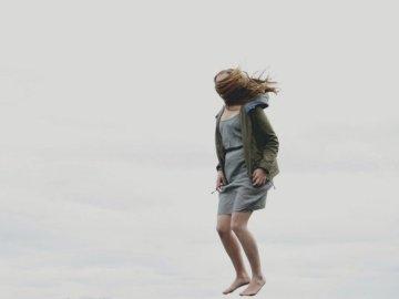Salta, gente - Fotografía de mujer cubierta con el pelo al saltar. missoula.