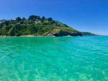 Hawkes Point, St Ives, - Zöld és barna sziget a kék tenger kék ég alatt nappali. Egy nagy víztest.