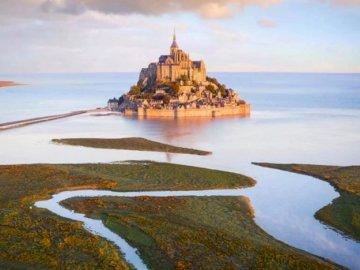 Mont Saint-Michel, Frankreich - oh oh oh oh oh oh oh oh oh oh. Ein großes Gewässer mit dem Mont Saint-Michel im Hintergrund.