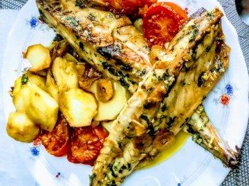 Plato de Caballa - Caballa frita con patatas. Talerz z jedzeniem.