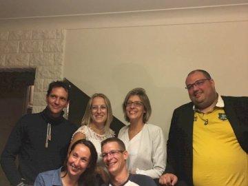 surprise - puzzle amicale, pour faire plaisir a des amies. Un groupe de personnes posant pour la caméra.