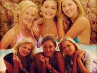 Emma, Cleo e Rikki, - Emma, Cleo e Rikki colpiscono accidentalmente l'isola di Mako,. Phoebe Tonkin, Claire Holt i