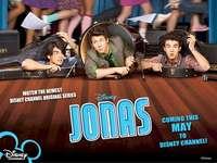 Jonas Brothers - Jonas Brothers La sua composizione è composta da tre fratelli Jonas: Kevin, Joe e Nick. Un gruppo d