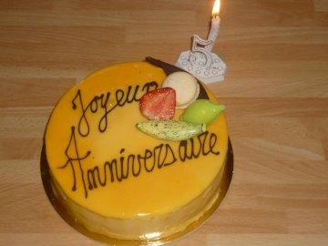 Chimen - Tort urodzinowy dla dzieci z karmelem. Tort urodzinowy siedzący na drewnianym stole.