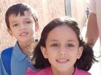ALILOU ZOHRA - PUZZLE för vårt barn att leka med roliga människor som känner. En pojke och en flicka som posera