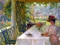 Жена, пиеща чай