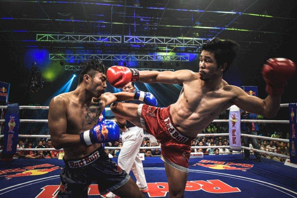 Muay Thai Fight in Cambodja - Muay Thai bokser schopt tegenstander (10×10)