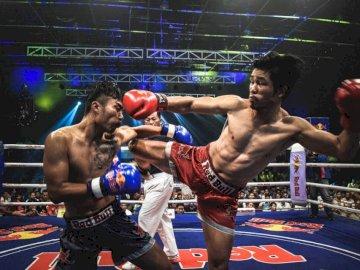 Walka Muay Thai w Kambodży - Muay Thai bokser kopie przeciwnika.
